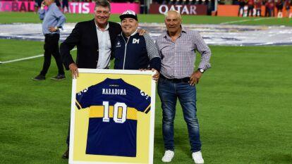 Diego Armando Maradona, ídolo de Boca Juniors, regresó a la Bombonera y fue reconocido por el club con una placa y el cariño de la gente.