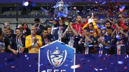 El Stade de France fue testigo de los festejos del PSG al conseguir su decimotercera Copa. El francés Mbappé festejó en muletas tras la terrible lesión que sufrió durante el partido.