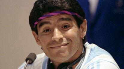 El mejor jugador de la historia del futbol, Diego Armando Maradona, fue un crack dentro de la cancha y un ser políticamente incorrecto fuera de ella. Nunca se calla y siempre va de frente, recordamos algunas de sus frases más emblemáticas.