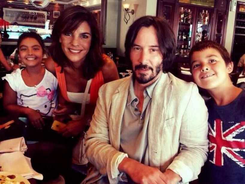Keanu Reeves da de qué hablar por cómo posa con sus admiradoras