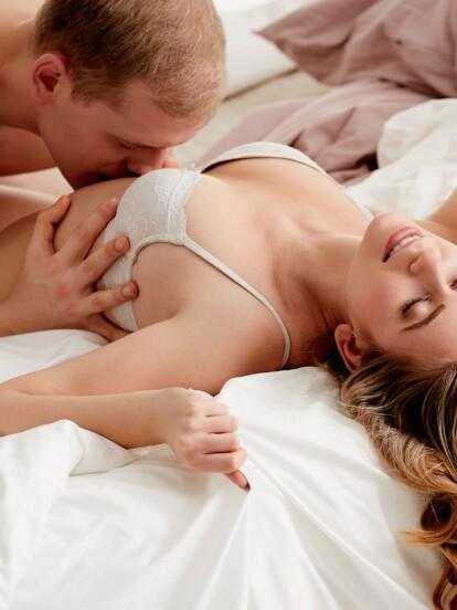De acuerdo con la sexóloga Sandra Ahumada, del Hospital Clínico de Chile, así es como puedes estimular los senos femeninos. ¡Haz clic en la galería!