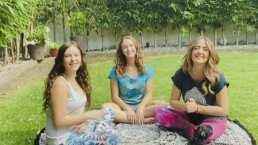 Andrea Legarreta y sus hijas meditan desde su jardín para crear un ambiente de calma