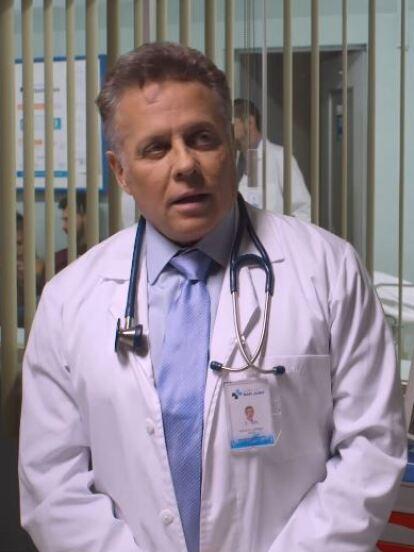 Alexis Ayala es el doctor que atiende a Nicole en su embarazo.