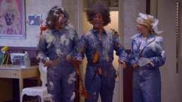 Aldolfo, Plutarco y Gaby hacen un desastre reparando el hoyo del techo en el baño