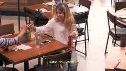 Modelando un calzón rojo en el restaurante