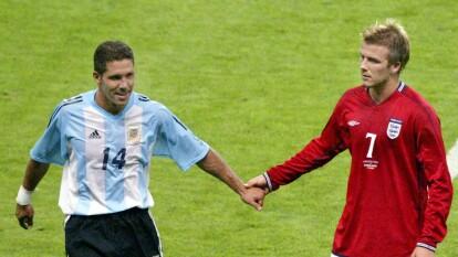 Para no creer. Si por algo se caracterizó Diego Pablo Simeone fue por ser de pierna dura, por lo que parece irreal que David Beckham, quien tenía una pierna muy educada, lo pateara y se fuera expulsado en un Mundial, y no al revés.