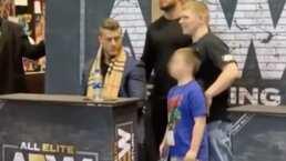 Luchador hace seña obscena a niño durante meet-and-greet
