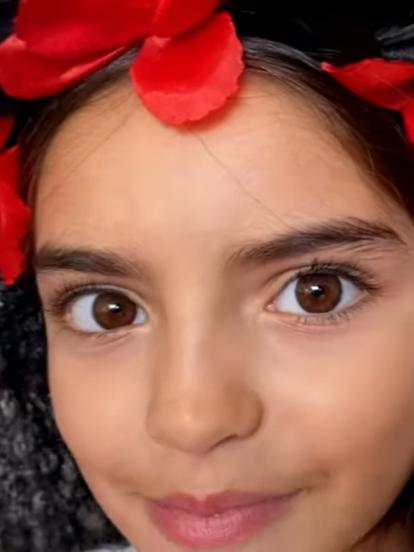 Es común que Aitana Derbez acapare la atención en redes sociales por sus tiernas fotografías y sus peculiares atuendos de princesas de Disney; pero ahora, la hija más pequeña de Eugenio Derbez impactó al aparecer disfrazada como toda una Catrina.