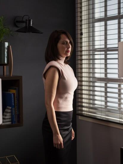 Irán Castillo da vida en 'S.O.S. Me estoy enamorando' a 'Sofía', una mujer de carácter alegre, dulce y bondadoso.