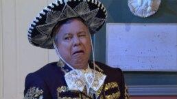 Vecinos: Doña Magda se avergüenza del nuevo trabajo de Don Arturo