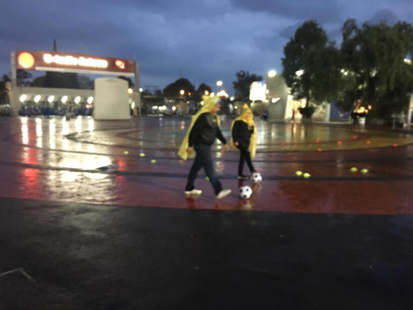 La lluvia no fue factor para que los aficionados faltaran a la cita de esta noche en el Estadio Azteca.