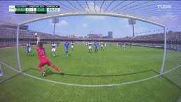 A quemarropa, Saldívar detiene el 2-0 de Cruz Azul