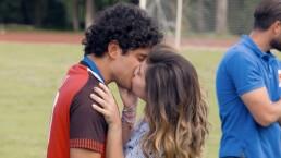 Rey y Valeria se besan en la final