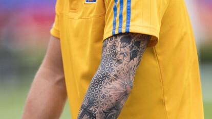 El delantero francés de la UANL, André-Pierre Gignac, tine diversos tatuajes, uno de los más llamativos es el de los supercampeones.