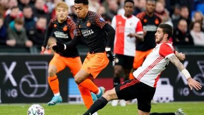 El PSV de Erick Gutiérrez cae ante el Feyenoord por triplete realizado por Steven Berghuis. El PSV sigue cuarto de la tabla, mientras que el Feyenoord le pisa los talones con el quinto lugar.