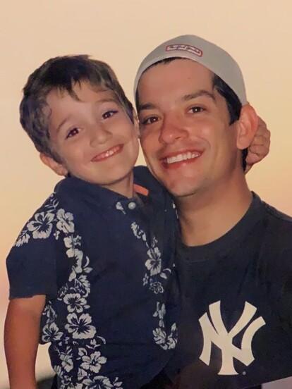 Tristan Othón Fierro nació el 12 de abril de 1998 en la ciudad de Tijuana, Baja California, y es fruto de la relación entre Yahir y Jaqueline Fierro.