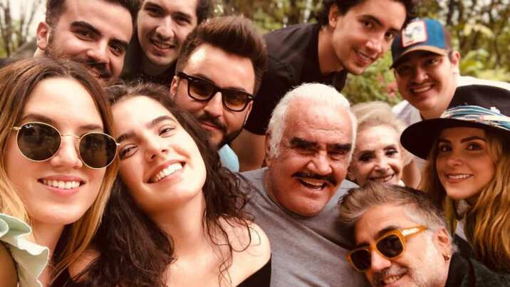 Vicente Fernández canta en familia