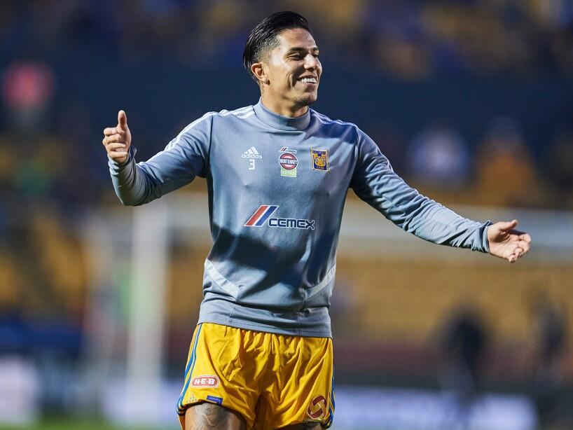 Carlos Salcedo sonriendo con los brazos abiertos