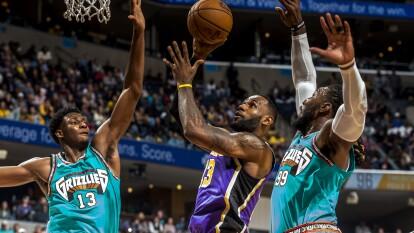 Tal vez no fue la mejor semana para los Lakers, pero en resultados nos dejan claro que siguen liderando la tabla, pues llevan siete victorias consecutivas por segunda ocasión en esta temporada. Su récord es de 14-2 y tienen la mejor segunda defensa de la liga.