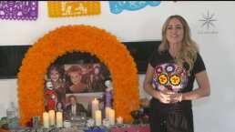 Andrea Legarreta decora su altar de Día de Muertos mientras recuerda a quienes ya partieron