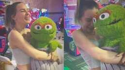 Belinda sacó su niña interior al recibir este peluche de 'Plaza Sésamo'