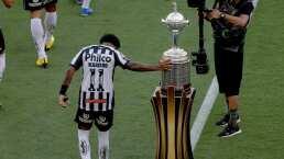 Marinho toca el trofeo de la Libertadores previo a la Final