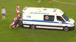 Jugadores sacan ambulancia del campo a empujones