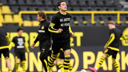 Antes del encuentro ante Hertha Berlin, los jugadores del Borussia Dortmund hicieron el calentamiento portando camisetas en apoyo a la etiqueta #BlackLivesMatter. Previo al silbatazo inicial, ambas escuadras se arrodillaron formando un círculo al centro de la cancha en forma de protesta ante el racismo y la discriminación.