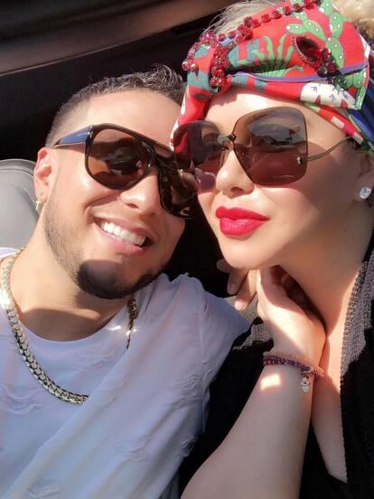 A pesar de que Lorenzo Méndez y Chiquis Rivera ya se conocían, gracias a que Jenni Rivera había trabajado con la Original Banda El Limón, los cantantes comenzaron a salir en 2016, según reportó Univisión.