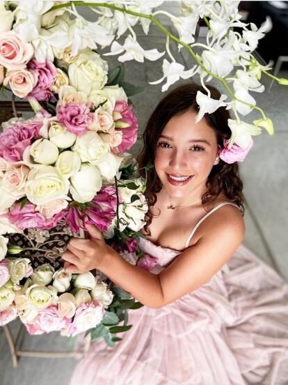 Mía, hija de Andrea Legarreta, celebró sus XV años con una íntima fiesta en la que lució dos vestidos de quinceañera, los cuales resaltaron su belleza
