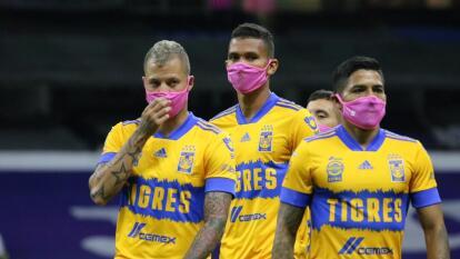 Tigres con cubrebocas rosas apoya la lucha contra el cáncer   Los pupilos de Tuca Ferreti salieron al campo del Estadio Azteca con las mascarillas rosas.