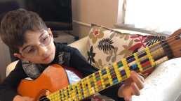 Papá le construye a su hijo una guitarra de LEGO