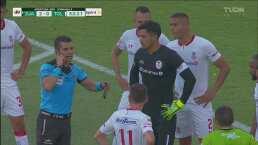 El árbitro va al monitor y corrige un penal para Juárez