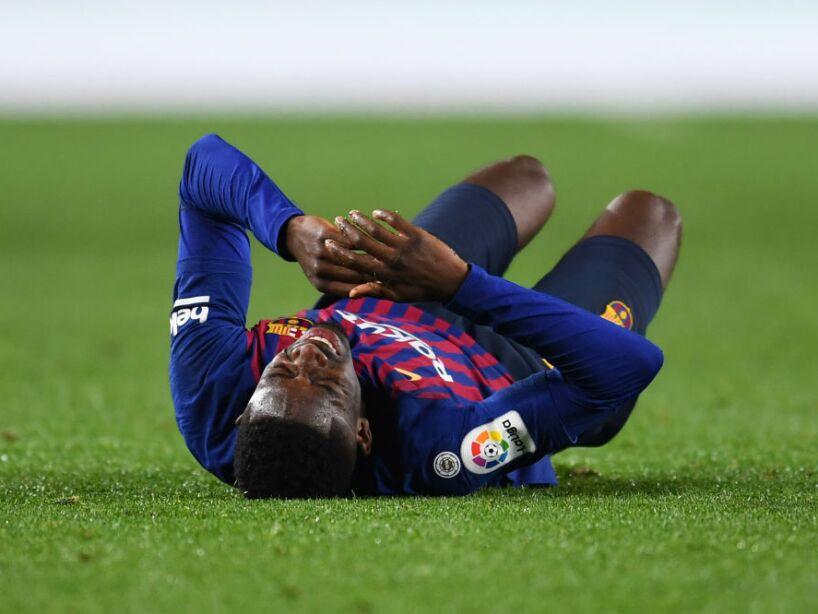 Ousmane Dembele tirado en el pasto