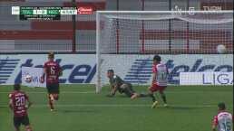 ¡Qué reacción! Luis García salva con los pies ante error de Ian González