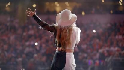Ellie Goulding armó un gran espectáculo en el show de medio tiempo del partido entre los Dallas Cowboys y los Buffalo Bills.