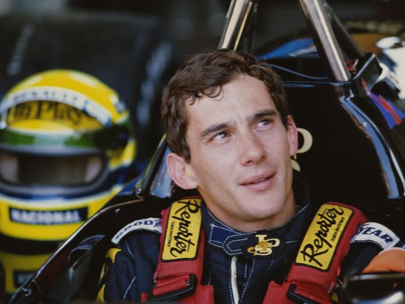 Ayrton Senna mirando al cielo
