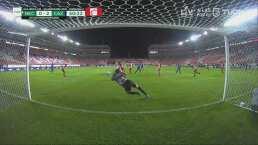 ¡Monumental atajada! Malagón le quita el gol a Santiago Giménez