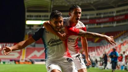 Chivas le sacó la victoria a los Rayos en el arranque de la J10   Alexis Vega marcó en tiempo de compensación el gol que le dio tres unidades a los del 'Midas'.