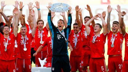 Bayern Munich y su festejo histórico en la Bundesliga | Tras la conclusión del torneo de futbol alemán, el cuadro bávaro recibió el trofeo en una ceremonia sui géneris. | Manuel Neuer, líder del conjunto bávaro, levantó el trofeo de la Bundesliga.