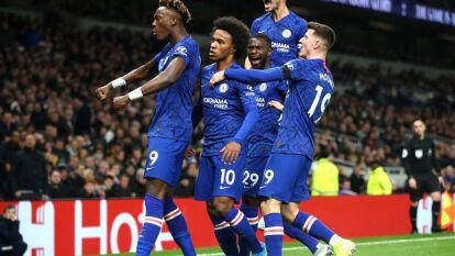 Chelsea vence al Tottenham 2-0 con dos goles de Willian. La escuadra de Mourinho sigue sin definir bien la delantera y le quitan el invicto en casa.