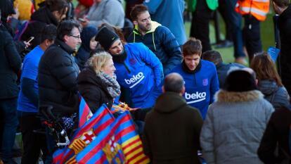 El primer equipo del Barcelona llevó a cabo su tradicional entrenamiento de inicio de año a puertas abiertas en el estadio Johan Cruyff y, posteriormente, los jugadores se desplazarán a diferentes centros para desear unos buenos Reyes Magos a niños enfermos.
