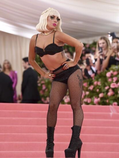 Lady Gaga Se Desnuda En Plena Alfombra Rosa Del Met Gala U News