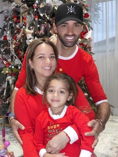 Mira las lindas fotos navideñas de Adamari López, Toni Costa y la pequeña Alaïa.