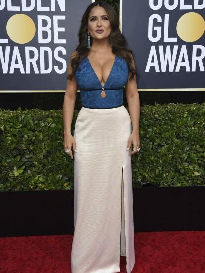 La mexicana Salma Hayek dio de qué hablar a su paso por la alfombra ya que dividió opiniones con el escote que lució en un diseño de Gucci.
