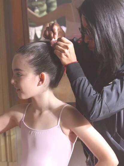 Por ser la mejor en su clase, Lupita se gana una beca para estudiar ballet profesional en New York.