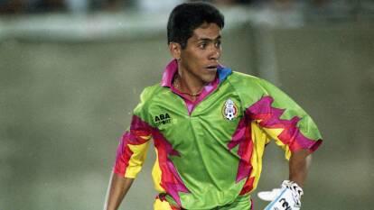 Jorge Campos revolucionó la portería. En una época donde el portero estaba atado bajo los tres palos, 'el Brody' salía del área, jugaba con los pies y se iba como delantero para marcar goles.