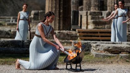 La antorcha olímpica se encendió y será entregada a los organizadores de los Juegos Olímpicos de Tokio 2020 en Atenas el 19 de marzo. El evento lució vacío por medidas sanitarias debido al coronavirus.