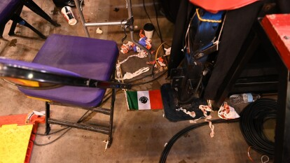 Con botellas por doquier, basura y caos, así terminó el interior de la Talking Stick Resort Arena en Phoenix posterior a la pelea entre el mexicano Julio César Chávez Jr. y el estadounidense Daniel Jacobs, donde Chávez Jr. se retiraría del ring por supuesta fractura en la nariz.