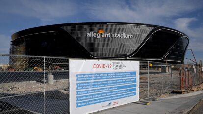 El Allegiant Stadium, nueva casa de Las Vegas Raiders, recibe los últimos detalles para ser estrenado la siguiente temporada de la NFL.